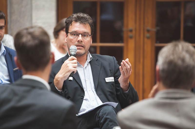 Stiftungsmitarbeiter Hauke Reich stellte die erarbeiteten Forderungen Politikern in der abschließenden Forumsdiskussion vor.