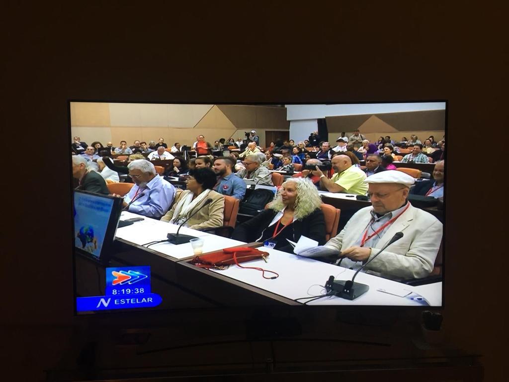 Eröffnung der Konferenz in Kuba. Bild aus den Abendnachrichten des kubanischen Fernsehens. 2. v.r. Azize Tank, daneben  Eberhard Schultz. © Soziale Menschenrechtsstiftung